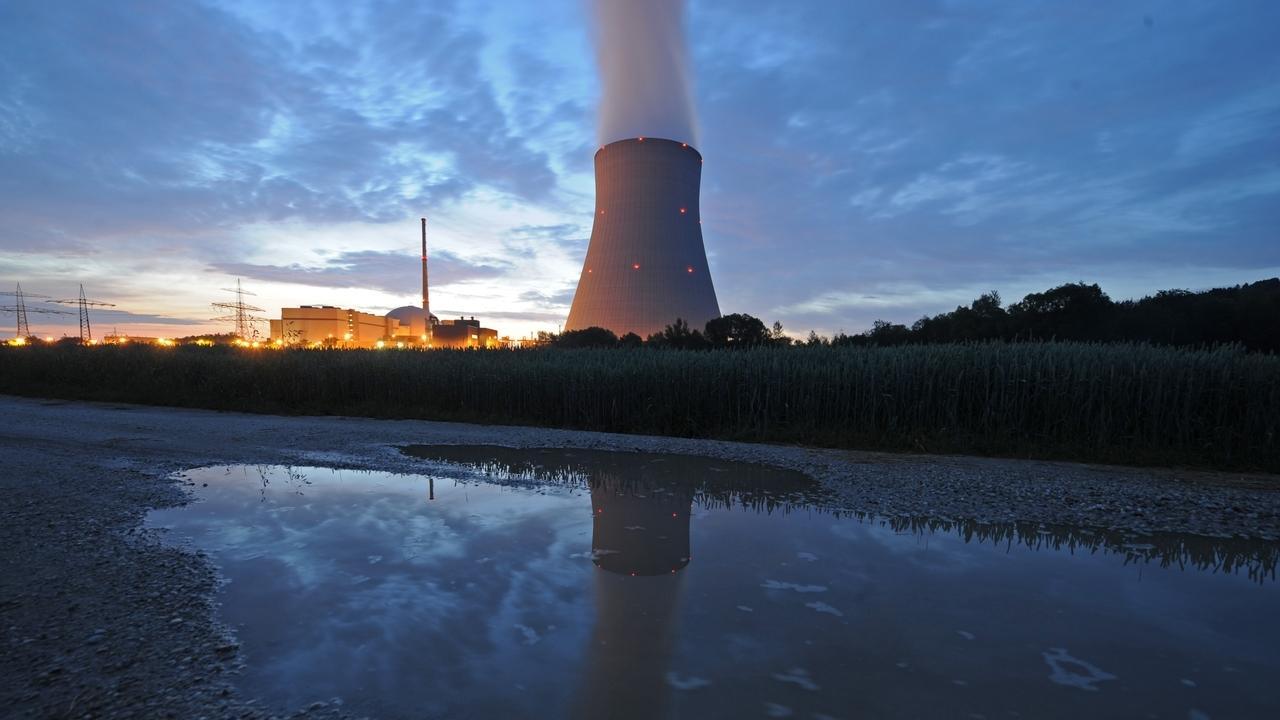 Der Kühlturm auf dem Gelände der Kernkraftwerke Isar 1 und 2 nahe Niederaichbach im Landkreis Landhsut.