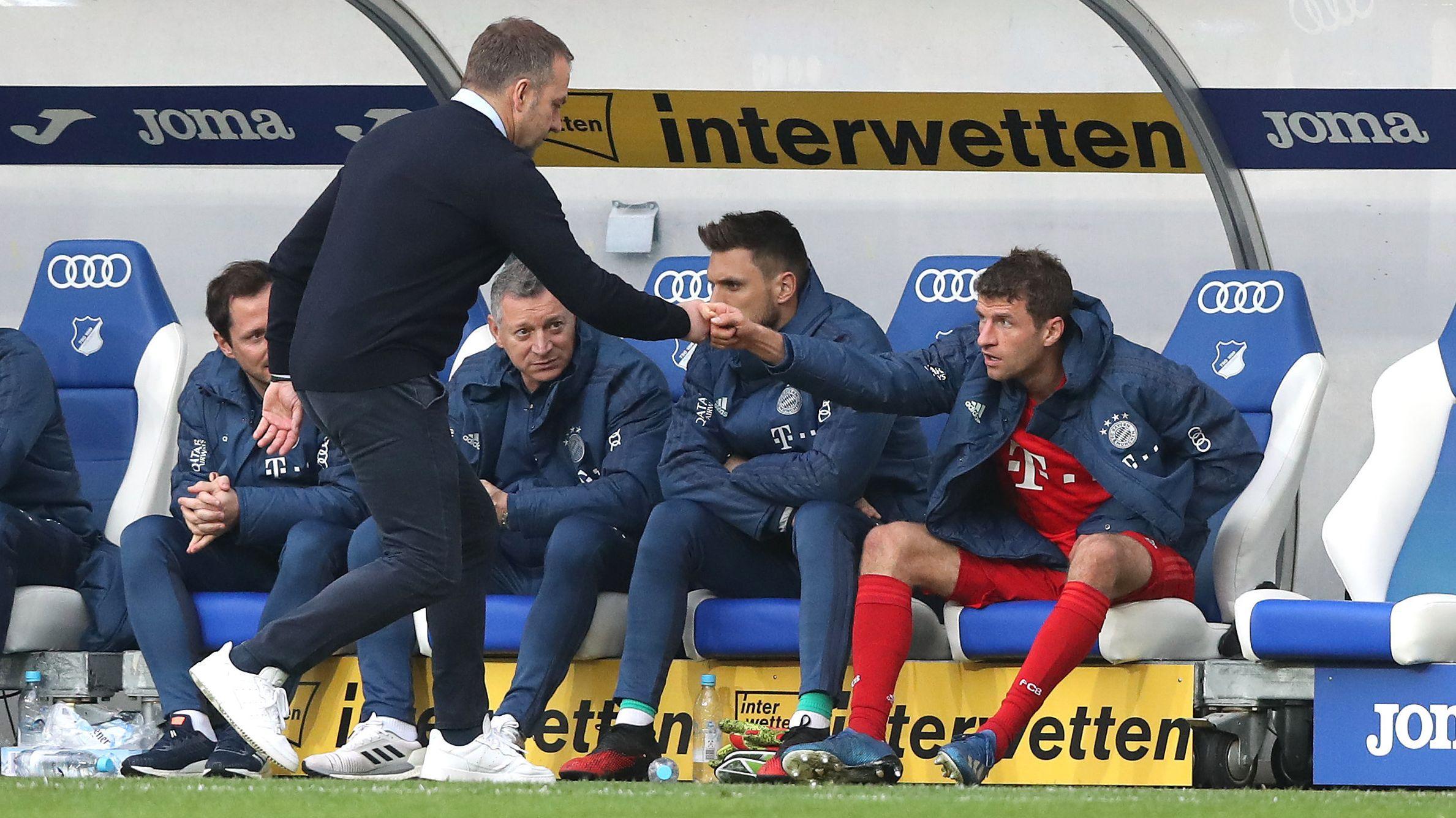 Trainer Hansi Flick reicht Thomas Müller die Hand
