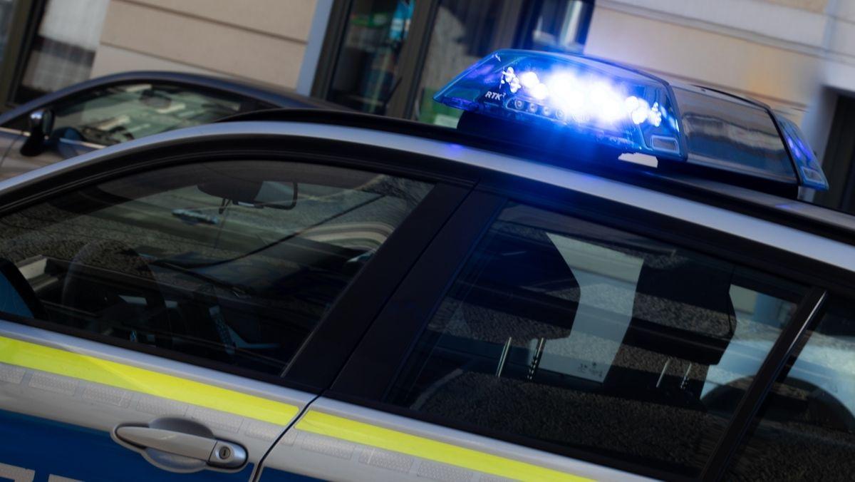 Blaulicht: Polizeiauto im nächtlichen Einsatz.