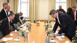 Fünf Tage nach der Landtagswahl haben CSU und Freie Wähler Koalitionsverhandlungen aufgenommen | Bild:picture alliance/Tobias Hase/dpa