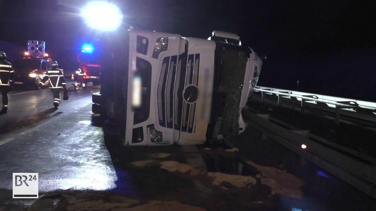 Ein Lkw liegt auf die Fahrerseite gekippt auf der Autobahn.