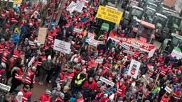 Rund 3.000 Anwohner aus dem Landkreis Rosenheim demonstrieren vor dem Landratsamt mit Plakaten gegen die Pläne zum Bau einer neuen Bahntrasse durch das Inntal.    Bild:picture alliance/Peter Kneffel/dpa
