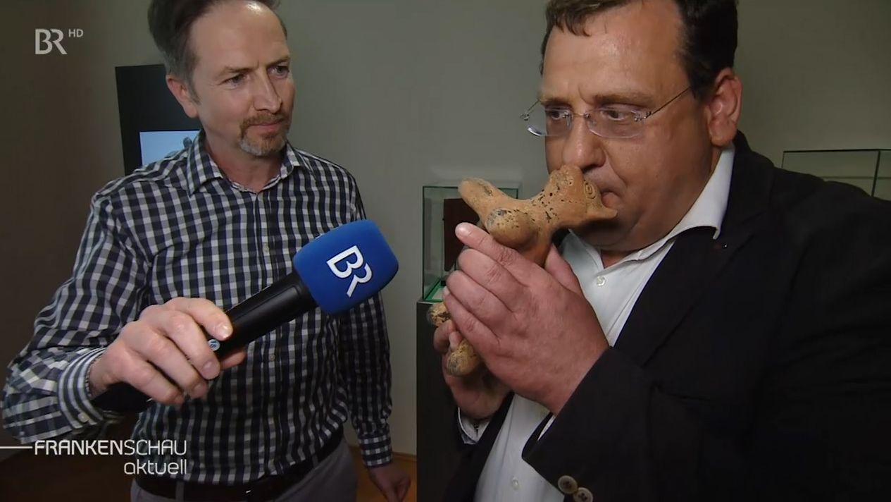 BR-Reporter Sascha Hack mit Markus Mergenthaler vom Knauf-Museum in Iphofen