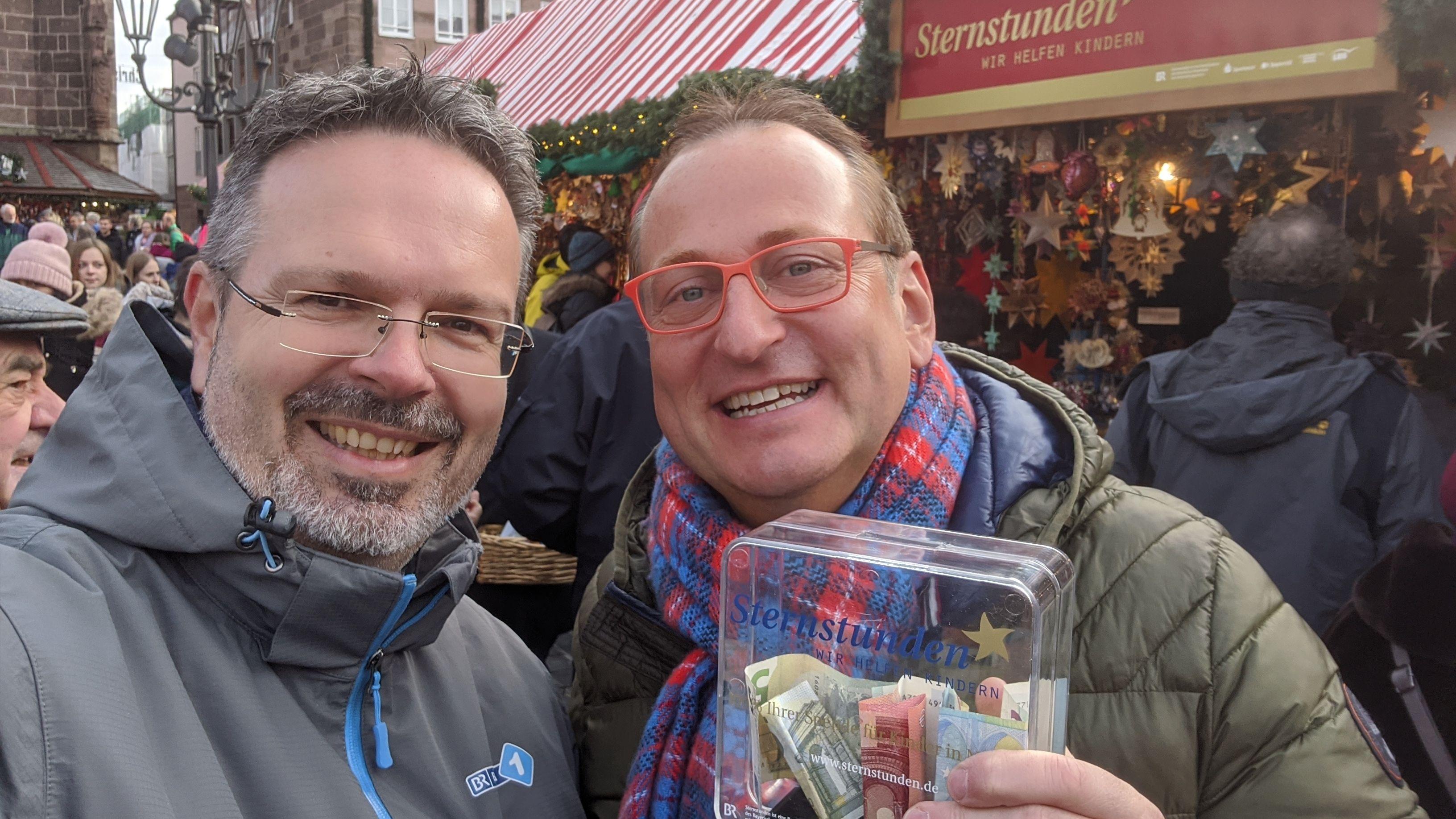 Thomas Viewegh und Volker Heißmann mit Sammelbüchse vor dem Sternstundenstand