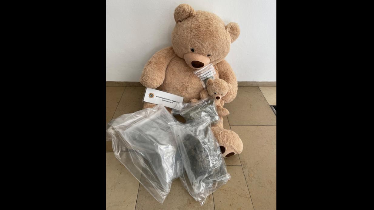 In diesem Stoff-Teddy fanden die Ermittler etwa 800 Gramm Marihuana.
