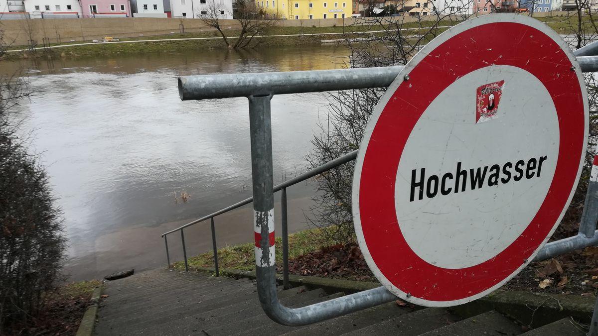 Hochwasserwarnschild am Regen bei Reinhausen