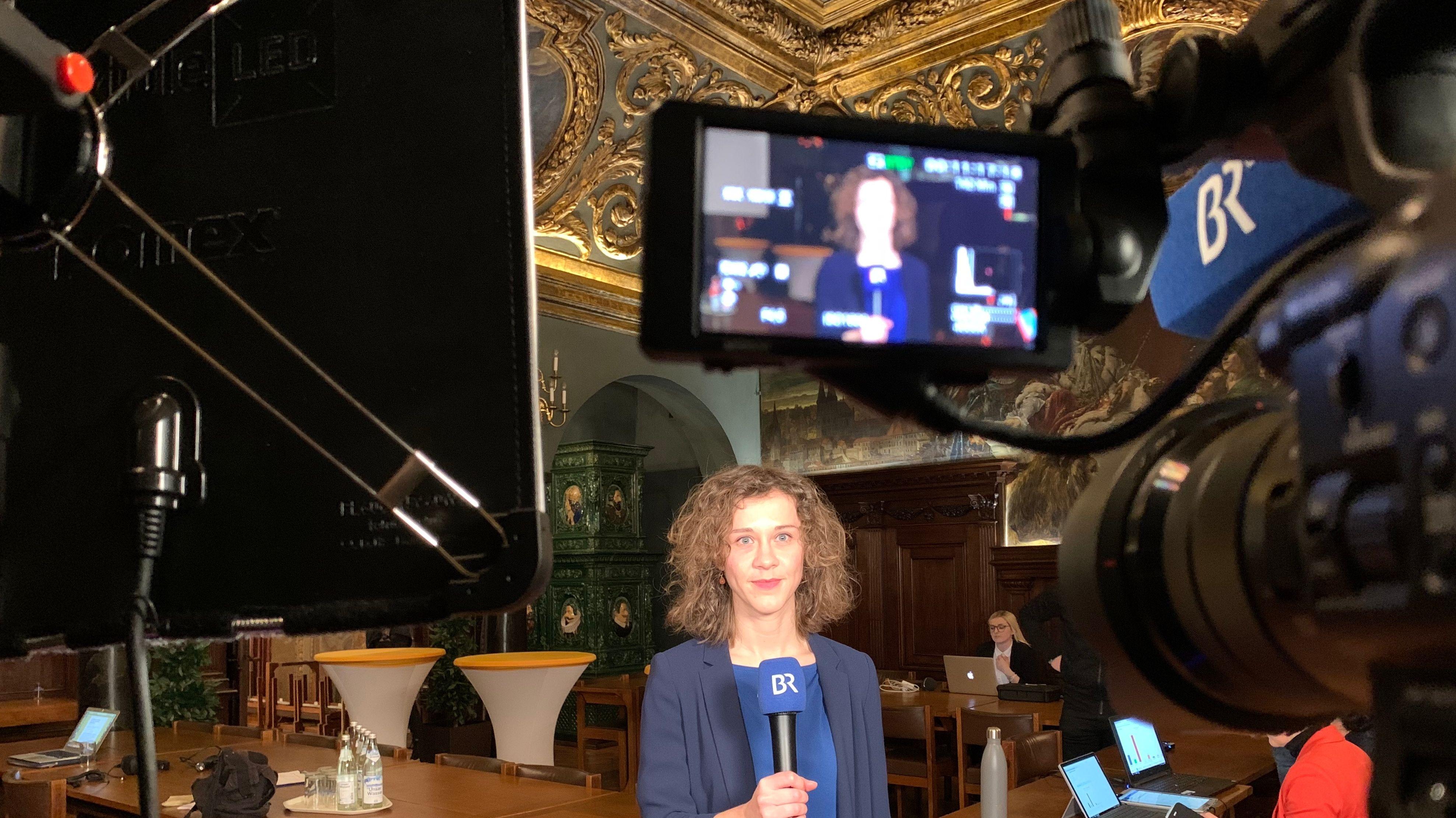 BR-Korrespondentin Katharina Häringer bereitet sich auf eine Live-Schalte vor