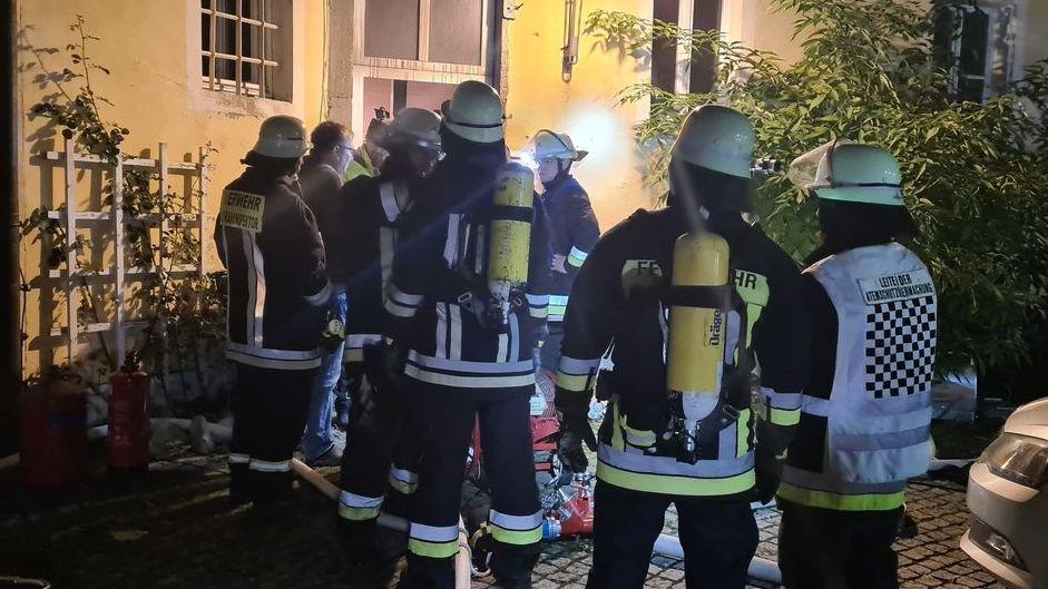 Bei der Explosion eines Heizofens ist ein Mann in Bärnau im Landkreis Tirschenreuth schwer verletzt worden.