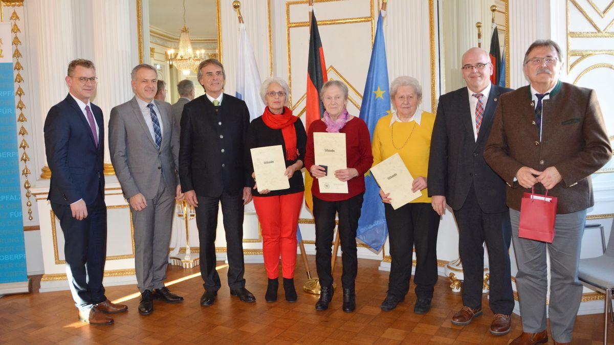 Die mit der Pflegemedaille geehrten Bürgerinnen: zusammen mit Regierungspräsident und Vertretern der Landkreise und Gemeinden.