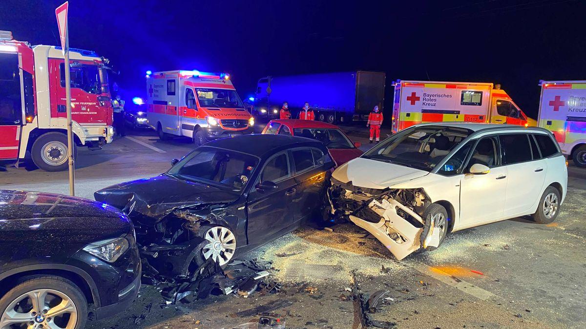 Bei einem Autonunfall im Landkreis Forchheim sind fünf Menschen verletzt worden.