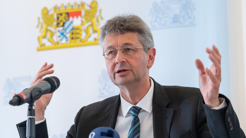 Kultusminister Piazolo will noch in diesem Jahr 3000 Grund- und Mittelschullehrer befördern.