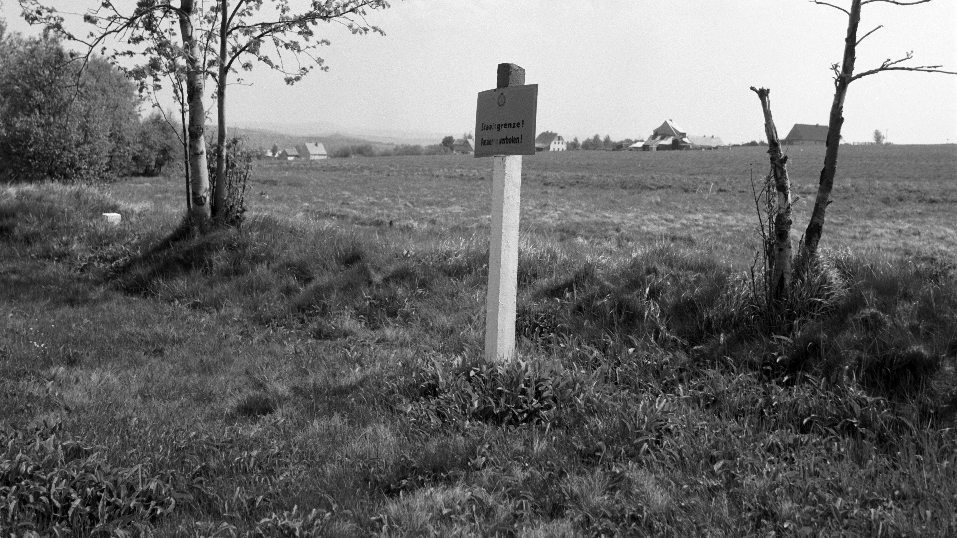"""Die deutsch-tschechoslowakische Grenze im Jahr 1990. Auf dem Schild steht: """"Staatsgrenze - Betreten verboten!"""""""