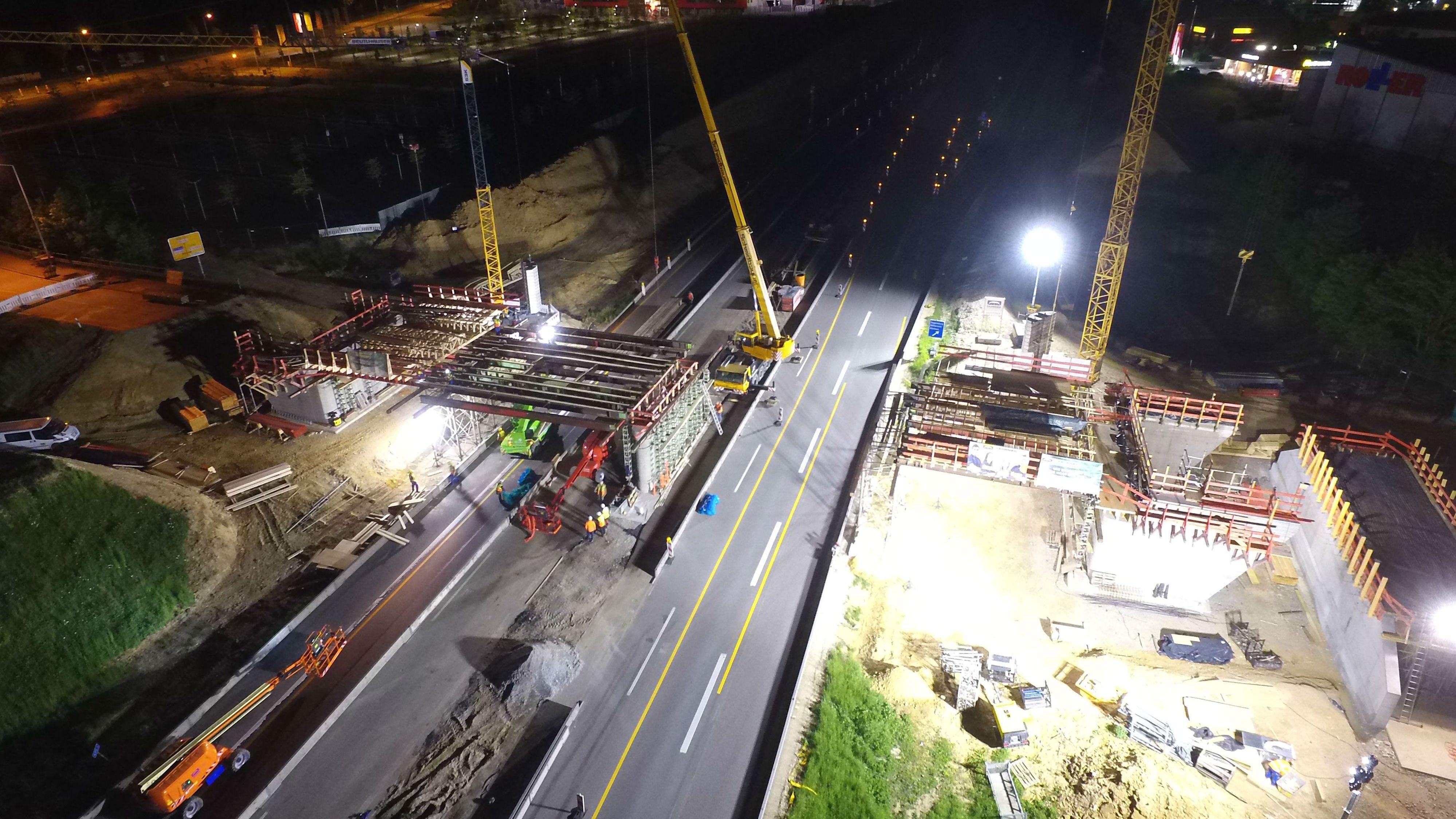 Seit Samstagabend wird an der Brücke am Unterislinger Weg gewerkelt. Die Sperrung dauert bis Sonntagmittag.
