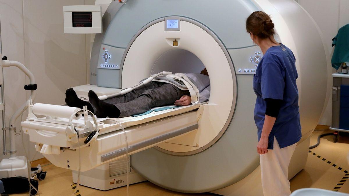 Untersuchung eines Patienten in einem MRT