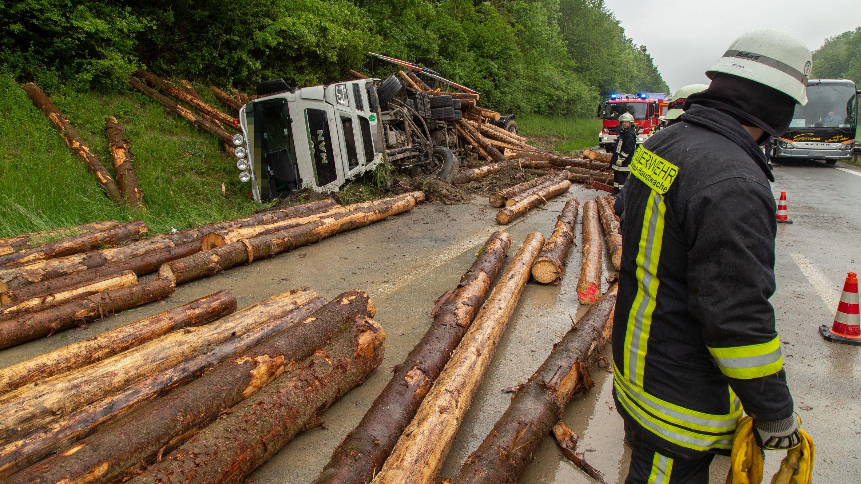 Der umgestürzte Holztransporter auf der A3.
