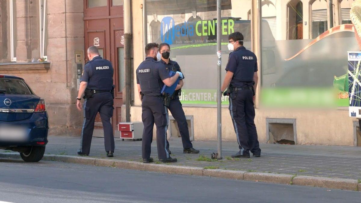 Polizisten am Tatort eines eskalierten Streits in Fürth