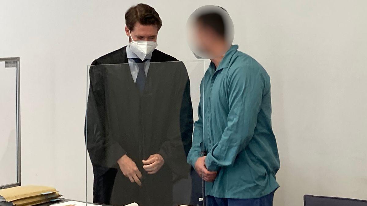Der Angeklagte vor dem Landgericht Regensburg.