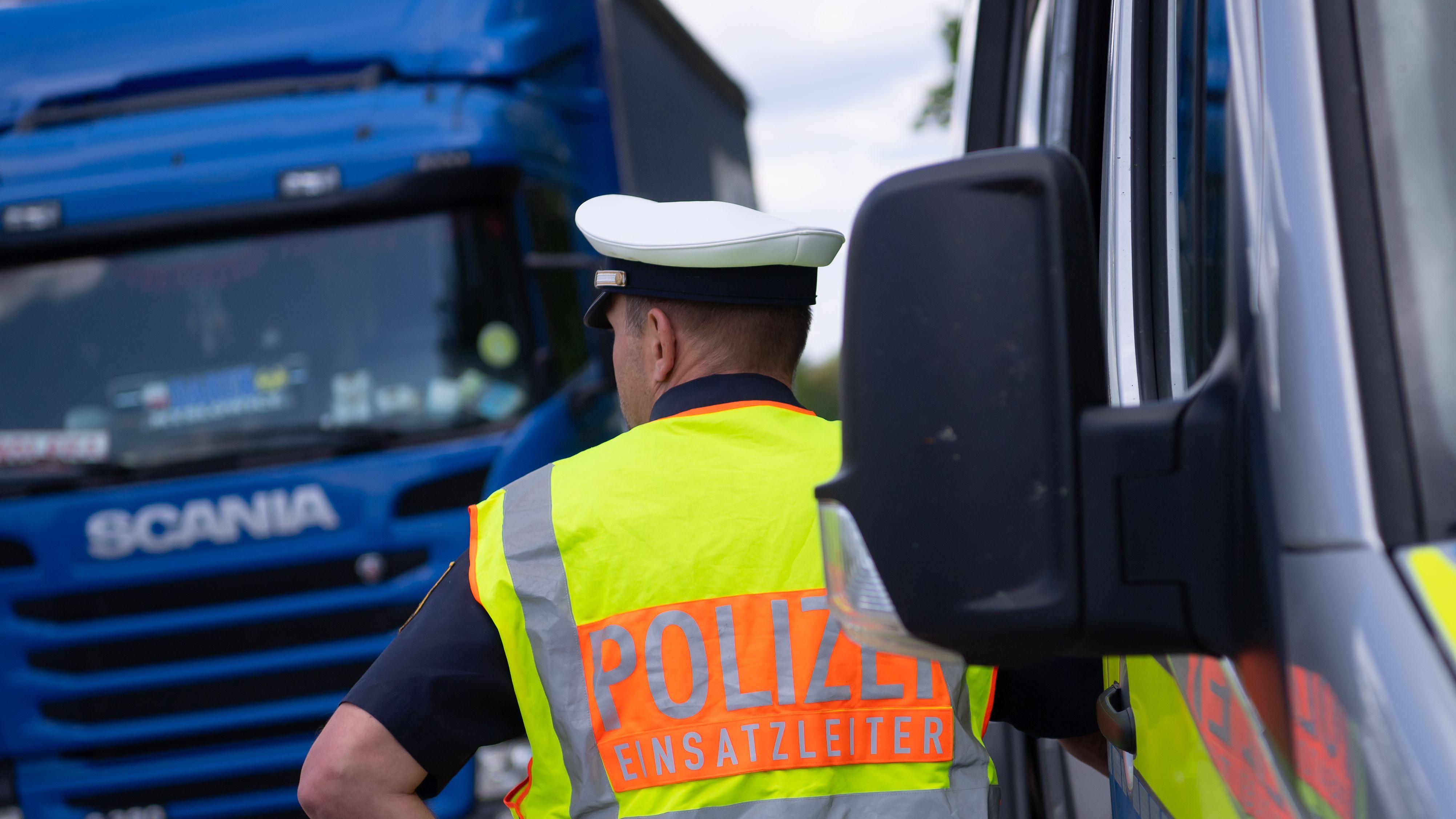 Lkw vor Polizeikontrolle (Symbolbild)