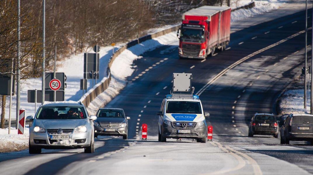 Fahrzeuge passieren die bayerisch-tschechische Grenze bei Schirnding im oberfränkischen Landkreis Wunsiedel.