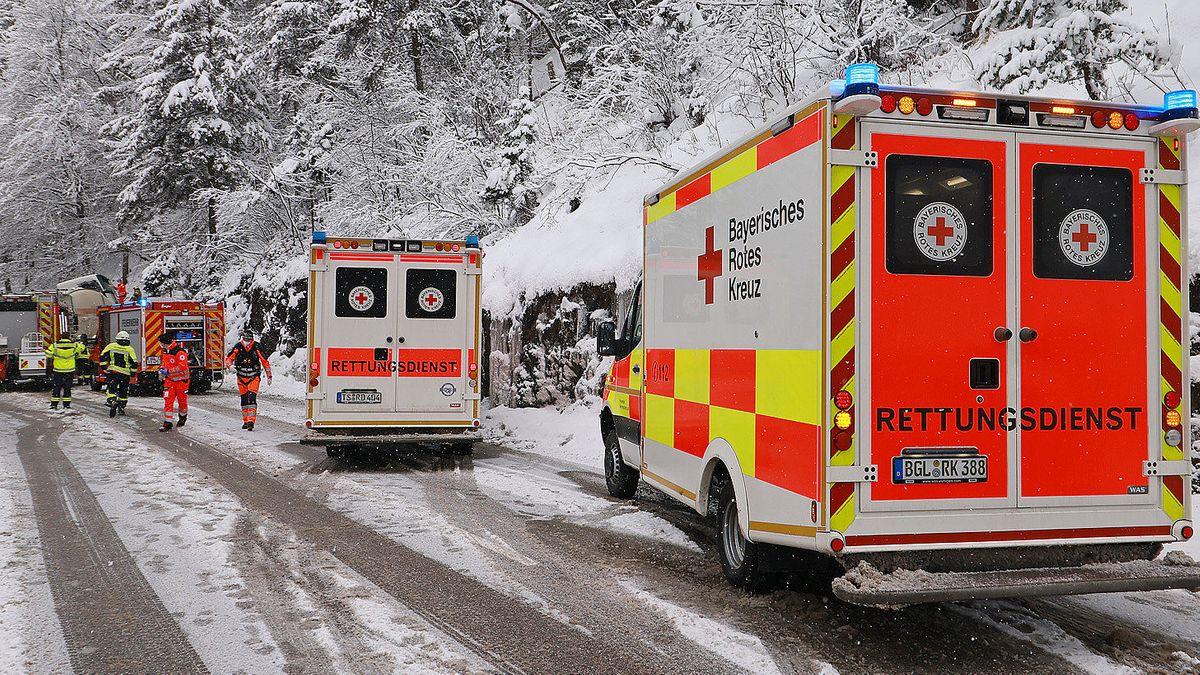 Rettungswagen des Bayerischen Roten Kreuzes und die Feuerwehr beim Einsatz auf der Bundesstraße 21.