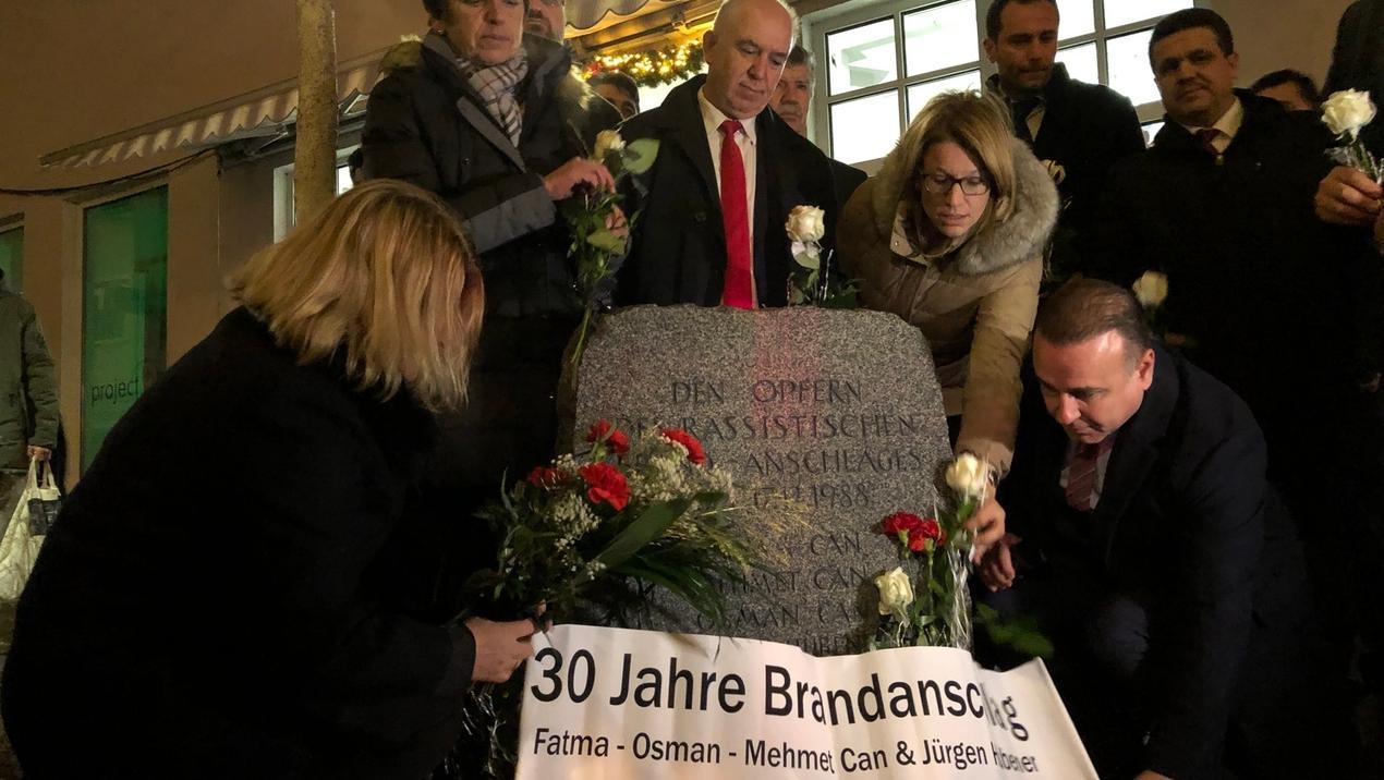 Zahlreiche Menschen sind gekommen, um den Opfern von damals in Schwandorf zu gedenken. Hierzu legten sie Rosen beim Gedenkstein ab.