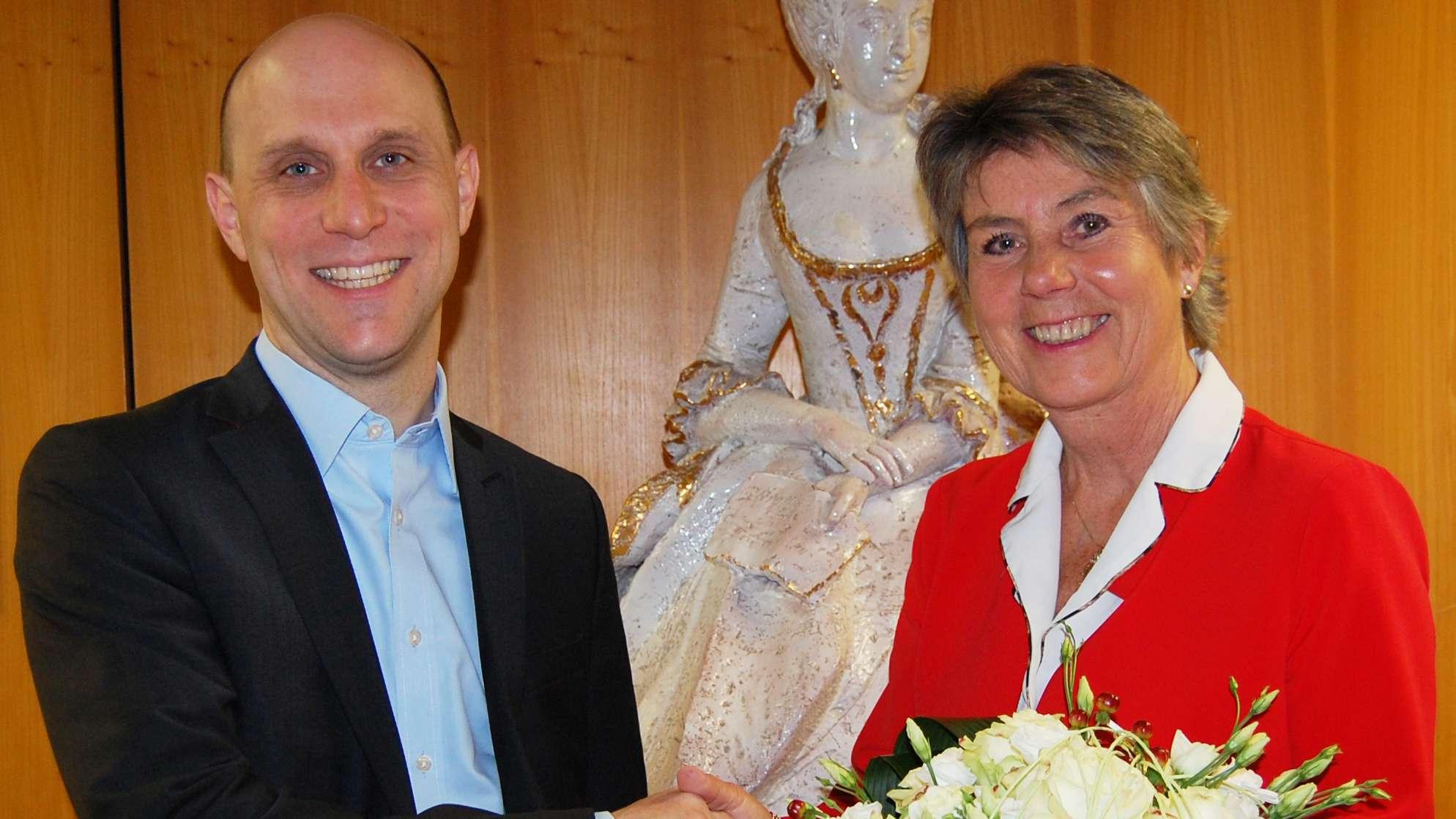 Der neue Bayreuther Kulturreferent Benedikt Stegmayer und Oberbürgermeisterin Brigitte Merk-Erbe geben sich die Hand.