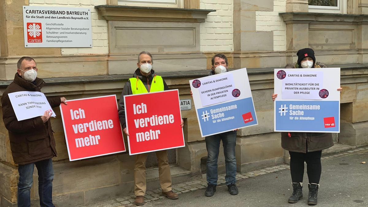 Verdi demonstriert vor einem Gebäude der Caritas in Bayreuth.