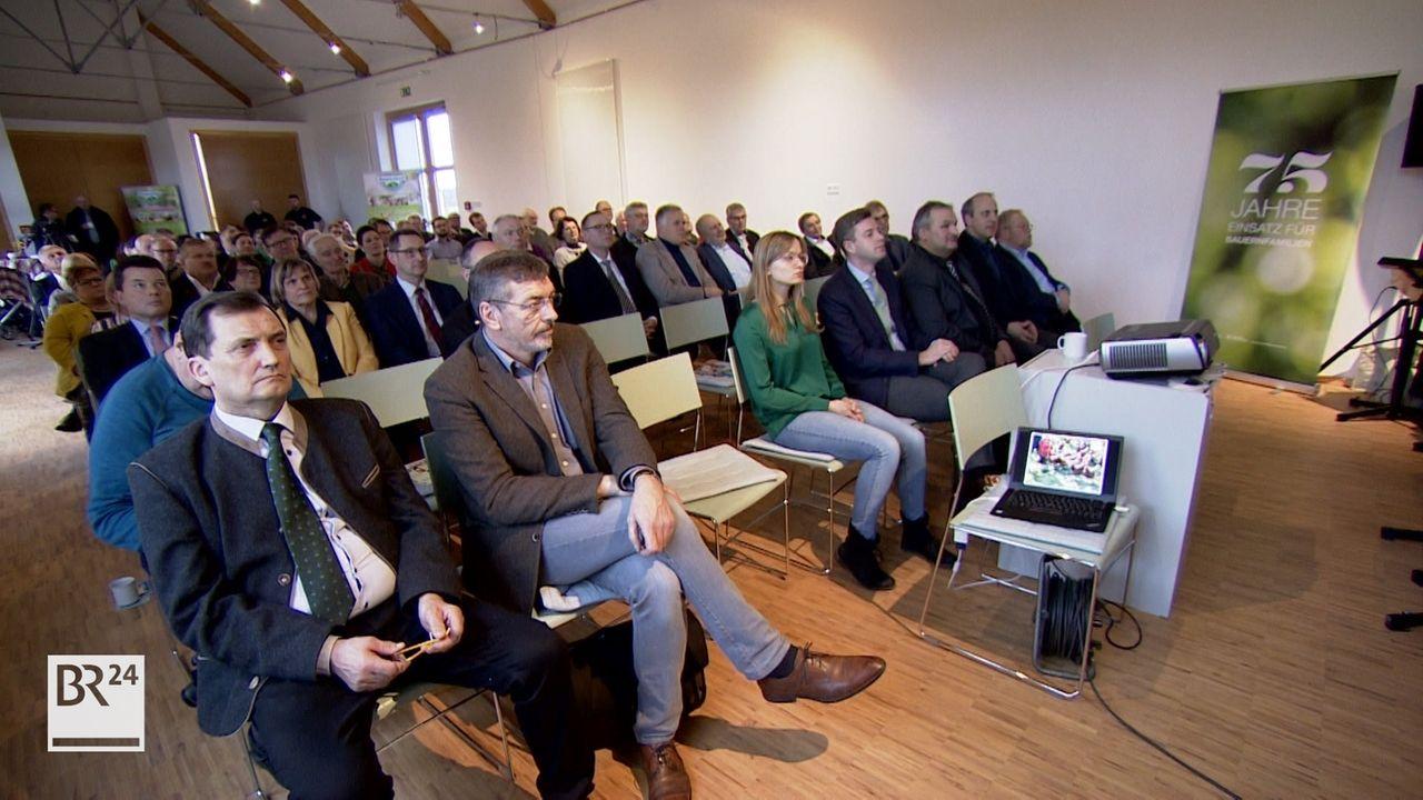 Vertreter aus Politik und Gesellschaft sitzen im Publikum beim Lichtmess-Empfang in Kleinlosnitz (Lkr. Hof).