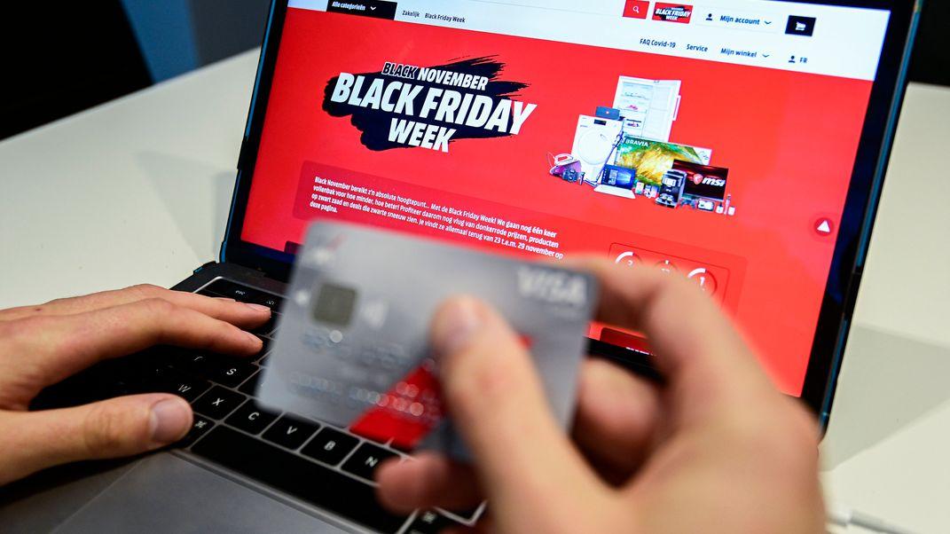 Einkauf mit Kreditkarte und Laptop