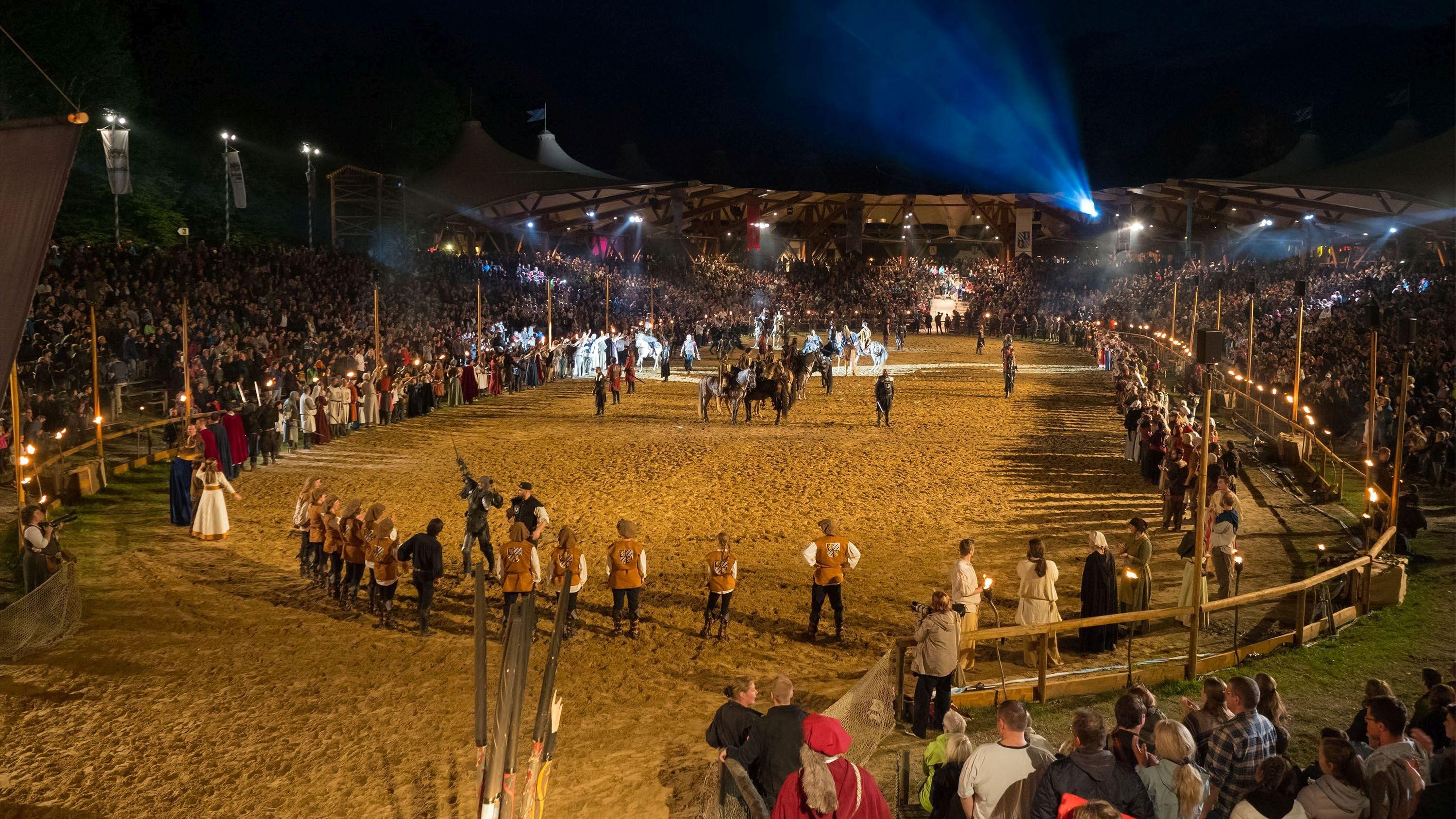 In einer großen Kampfarena bestaunen die Zuschauer die mittelalterlichen Kämpfer.