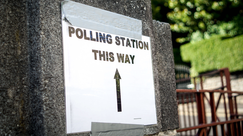 Wegweiser zu einem Wahllokal in Sheffield