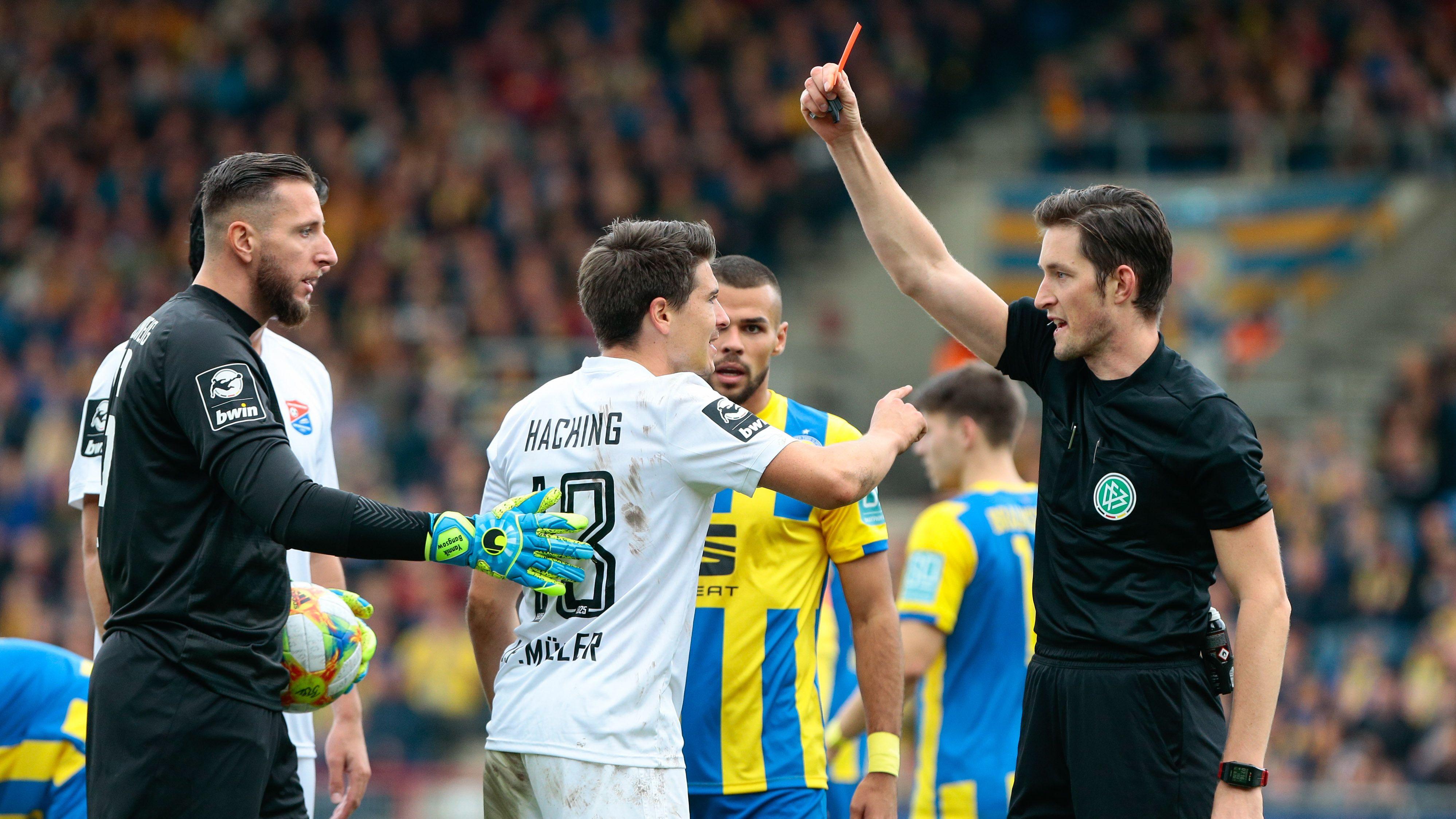 Gelb-Rote Karte für Unterhachings Jim-Patrick Müller im Spiel in Braunschweig