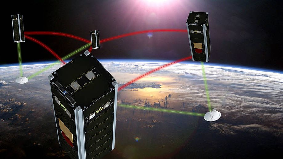 Vier Kleinst-Satelliten im Formationsflug in einer Umlaufbahn