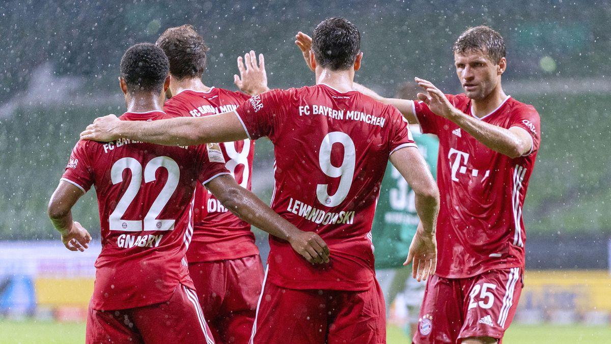 Der FC Bayern bejubelt das 1:0 in Bremen