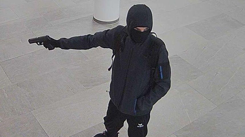 Der maskierte Bankräuber mit Pistole