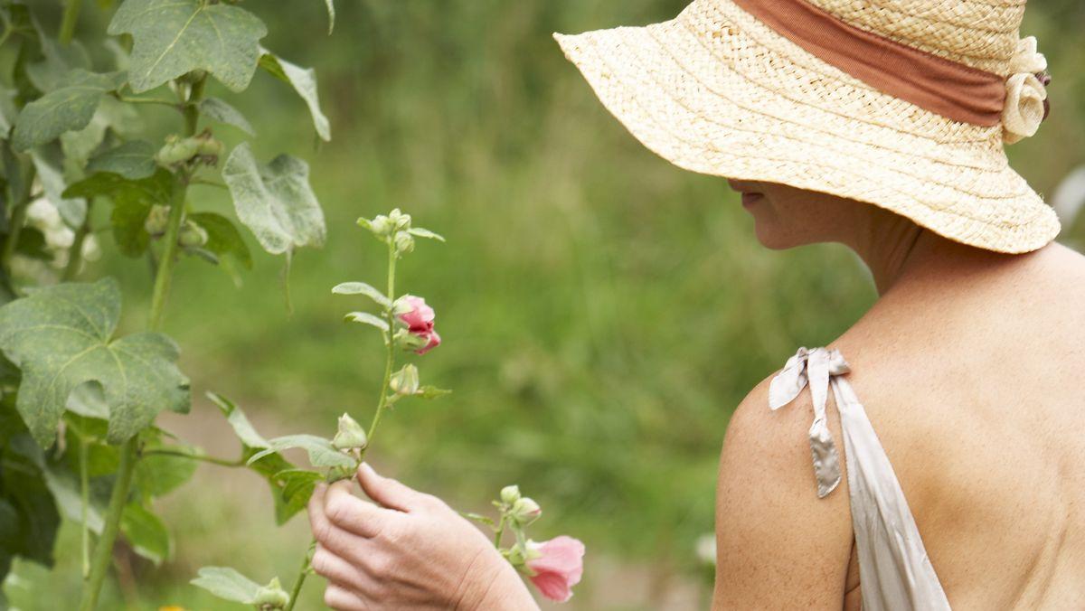 Eine Frau im Garten.
