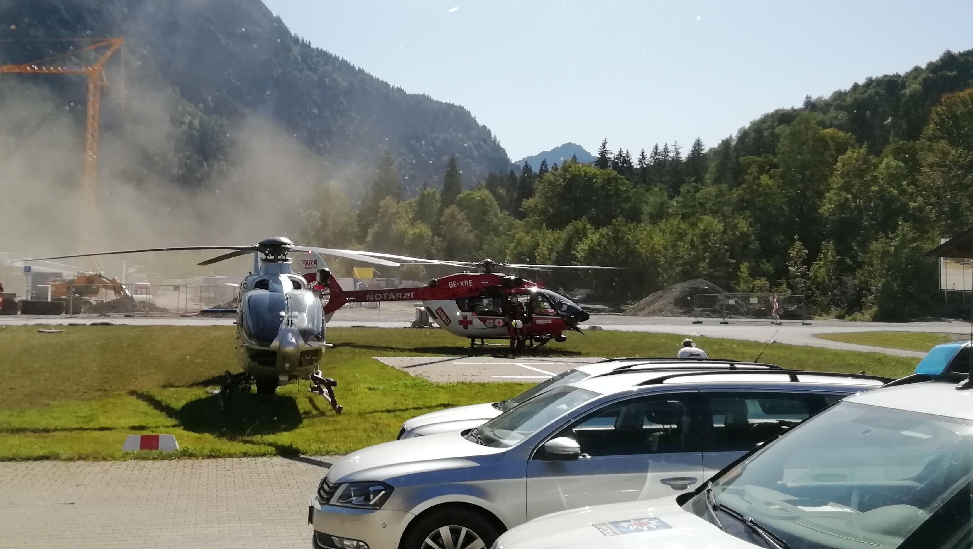 Ein Polizeihubschrauber und ein Rettungshubschrauber aus Reutte in Österreich bei einem Einsatz nach einem Felssturz