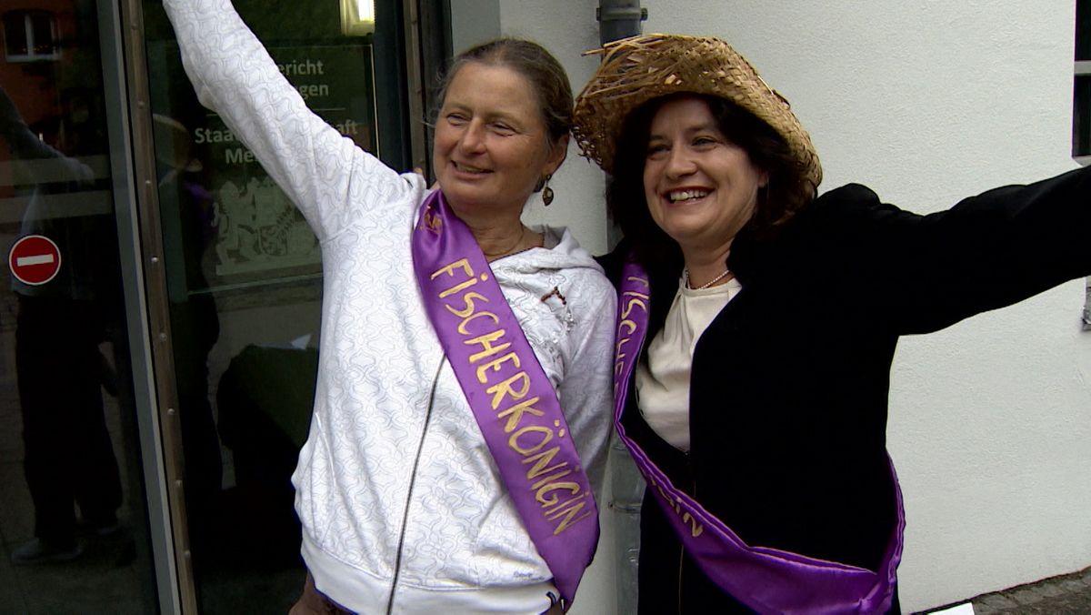 Klägerin Christiane Renz mit violetter Schärpe als Memminger Fischerkönigin