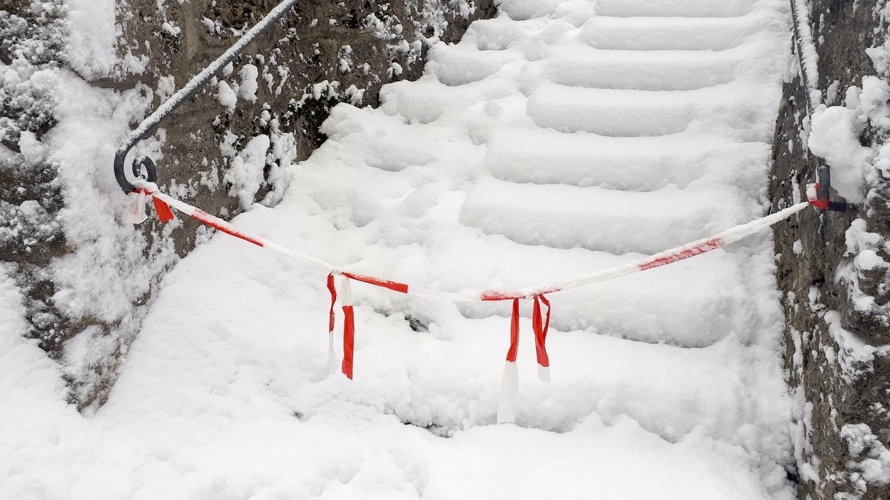 Wo es gefährlich wird, sperren die Behörden Wege, Brücken und Treppen