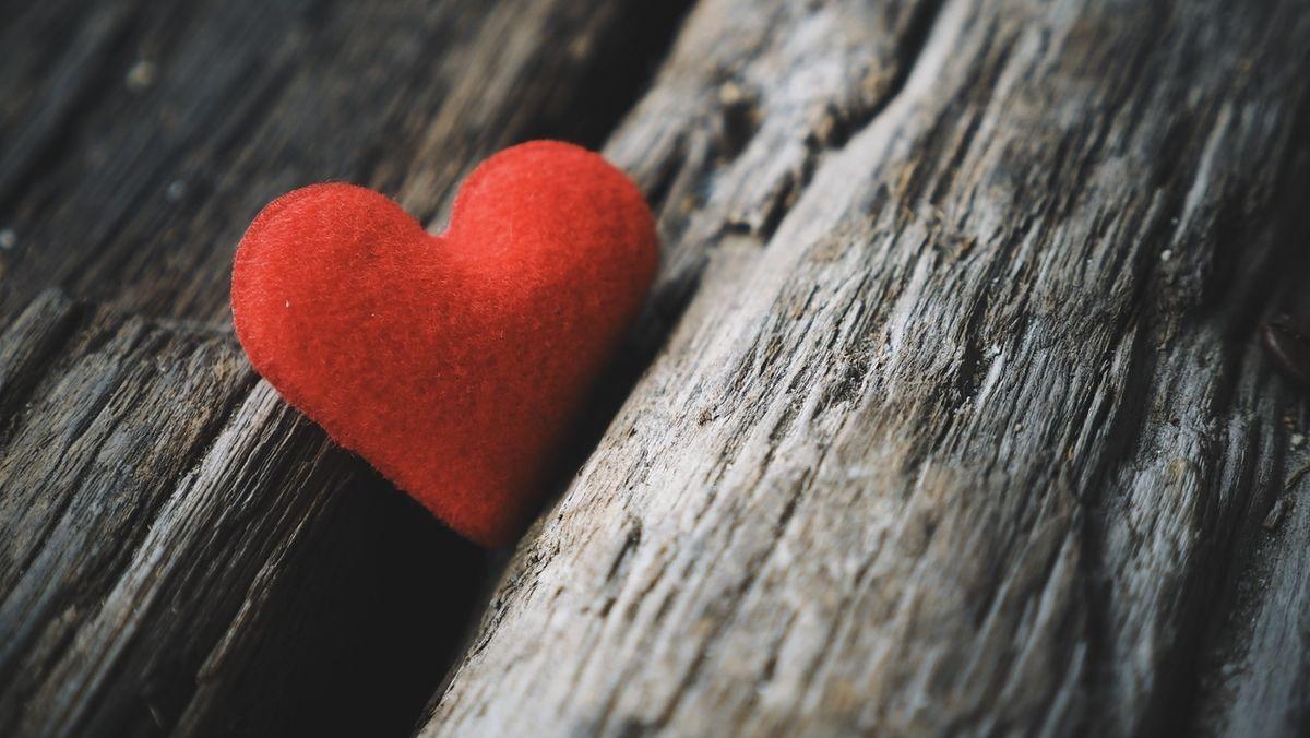 Ein rotes Herz.