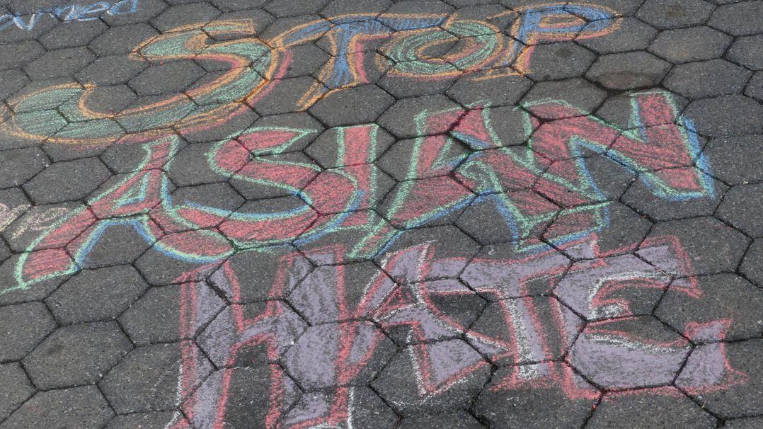 """Protest in den USA gegen Rassimus und Diskriminierung: Auf dem Boden steht """"STOP ASIAN HATE"""""""""""