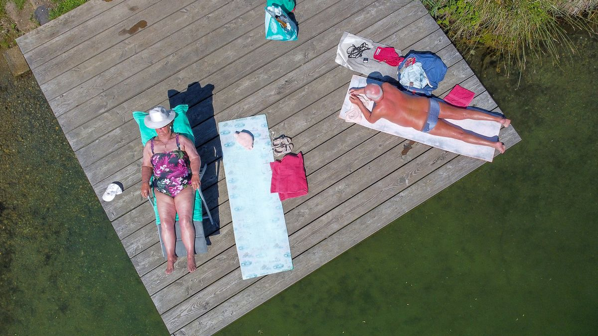 Senioren beim Sonnenbaden