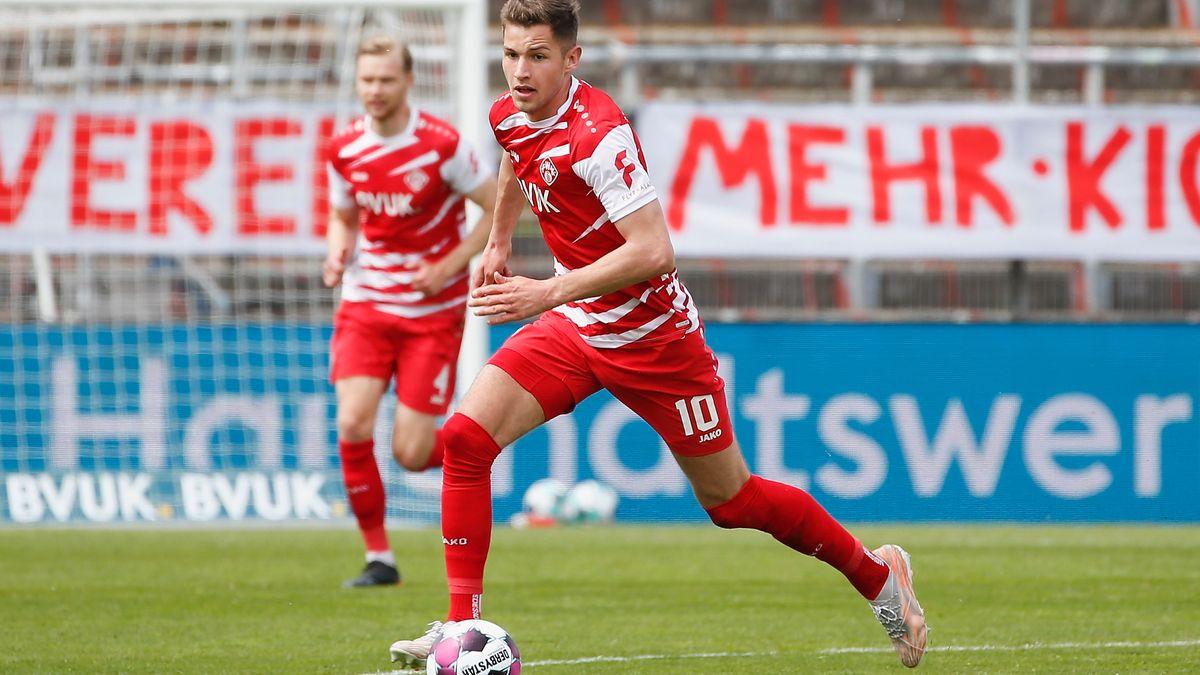 Marvin Pieringer (FC Würzburger Kickers)  am Ball