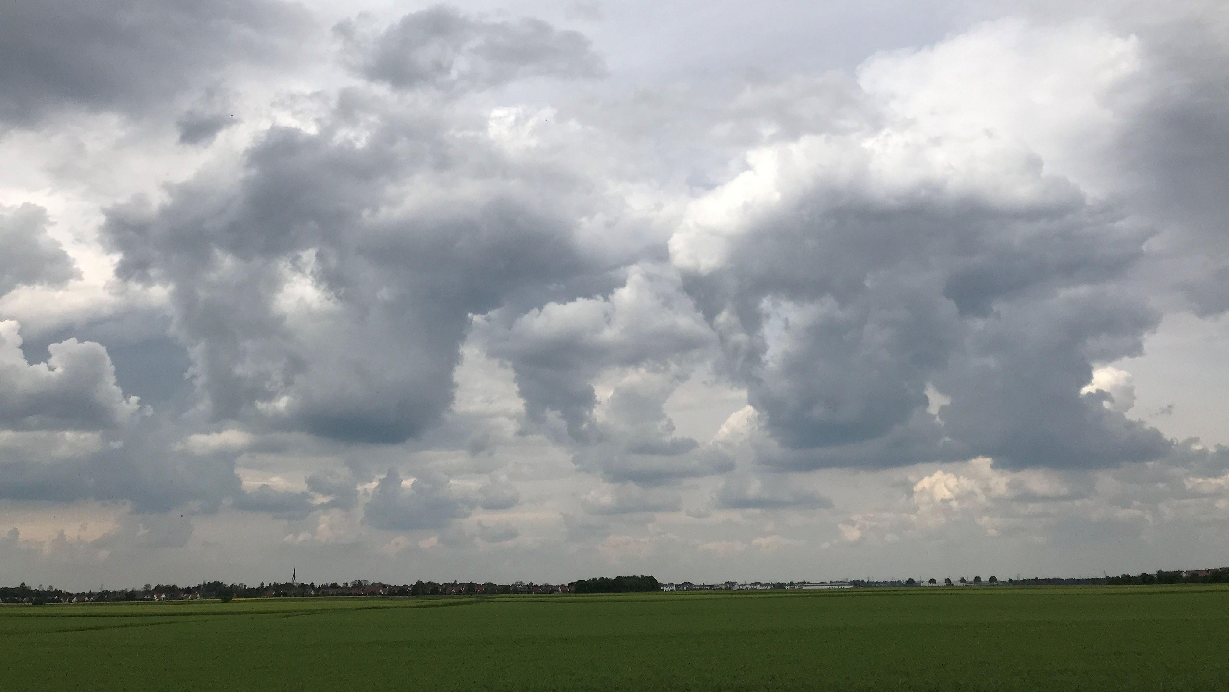 Gewitterwolken über dem Lechfeld bei Untermeitingen in Schwaben.