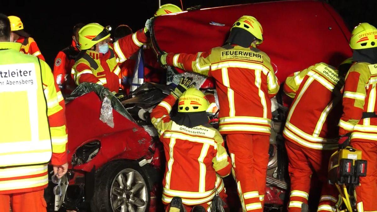 Einsatzkräfte auf der A93 bei dem total zerstörten Unfallauto