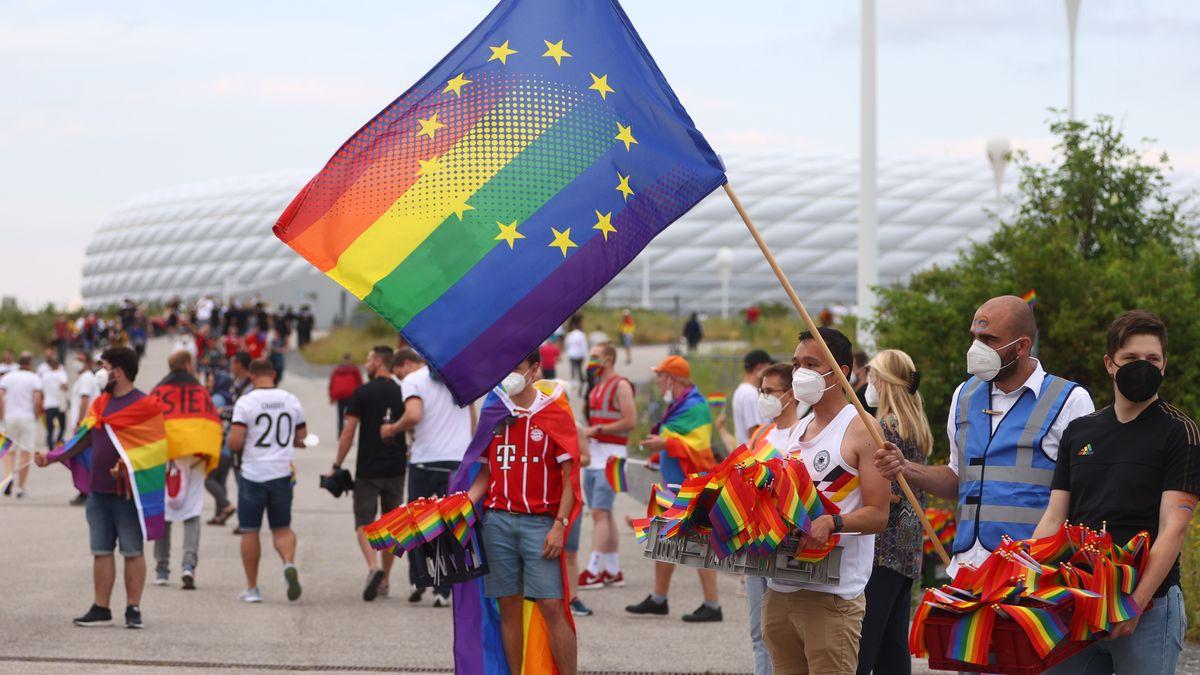 Die Organisatoren der Münchner Dependance des Christopher Street Day und von Queeramnesty verteilen vor dem Stadion mehr als 10.000 Regenbogenfähnchen.