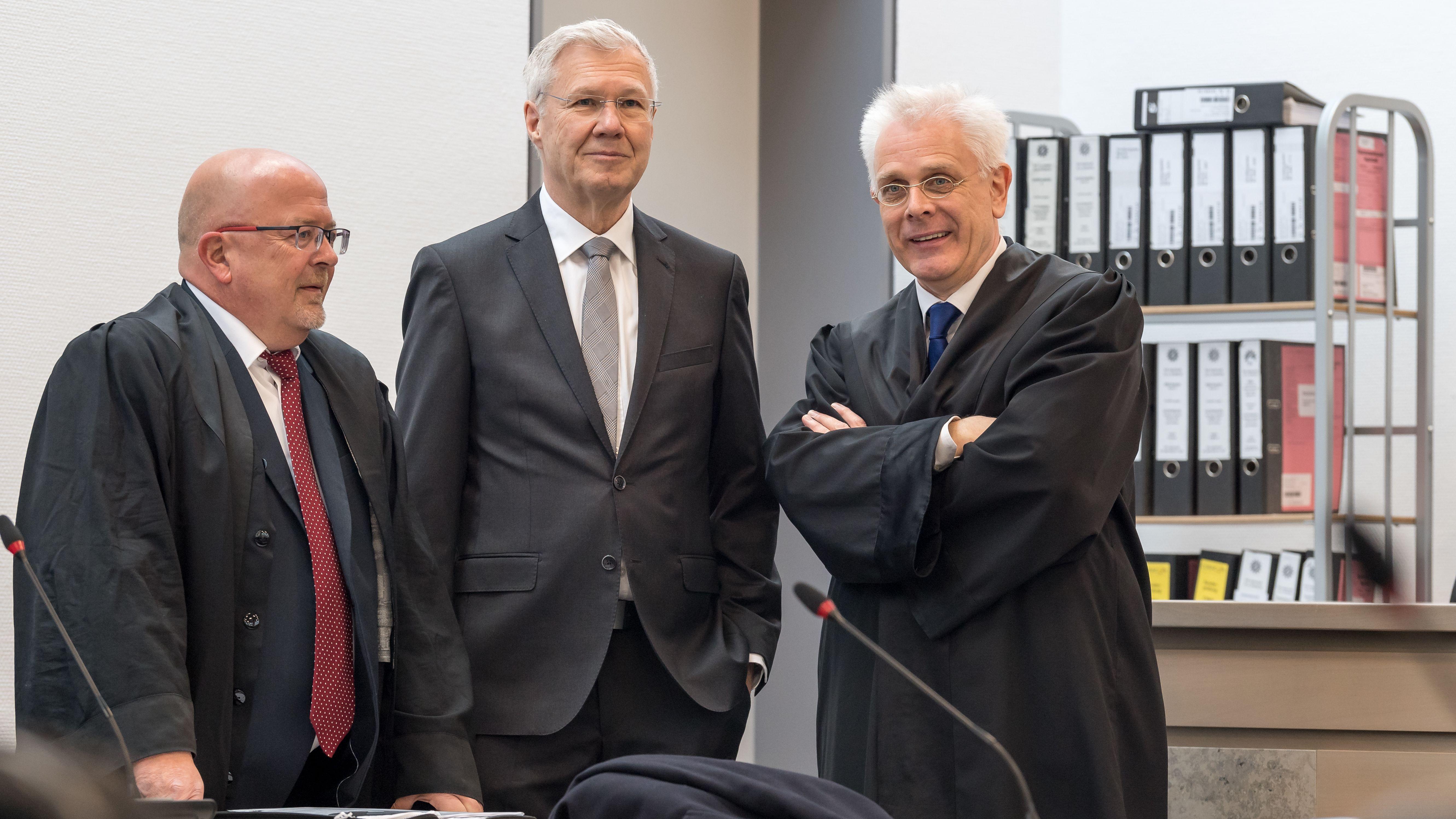 Alfred Lehmann (M), Ex-OB von Ingolstadt im Landgericht Ingolstadt mit seinen Anwälten Jörg Gragert (l) und Andreas Mariassy (r)