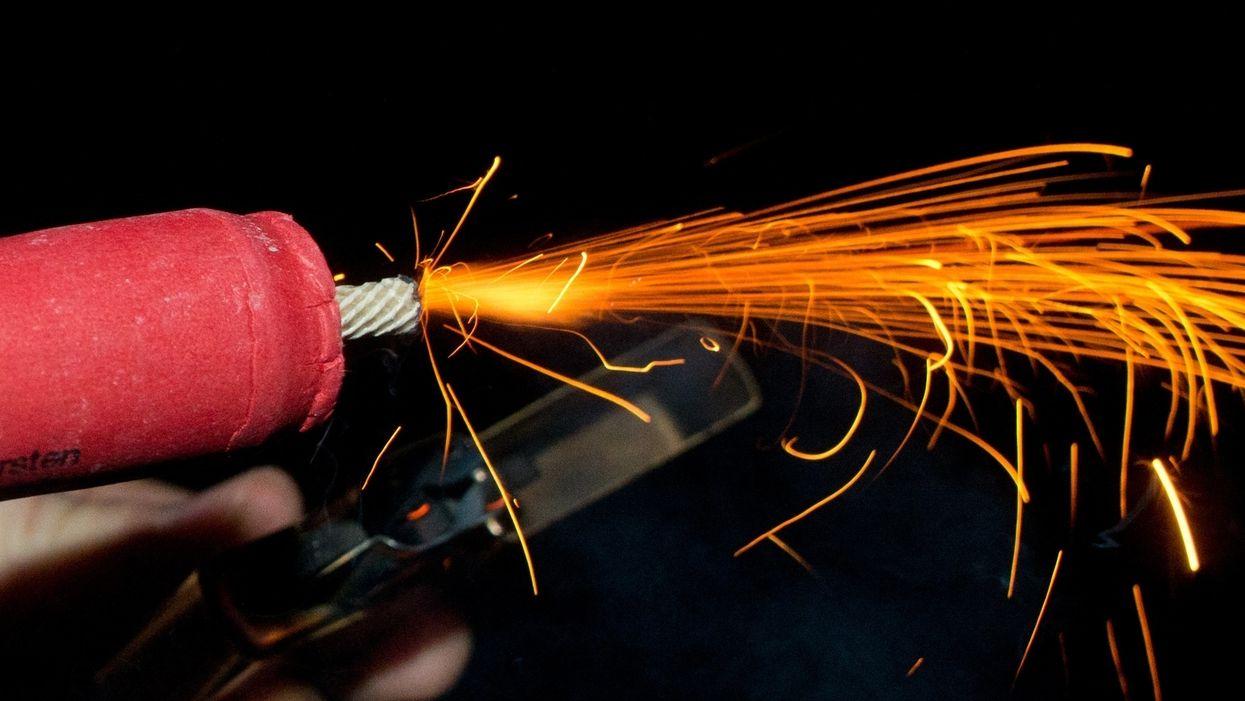 Ein Böller wird mit einem Feuerzeug angezündet