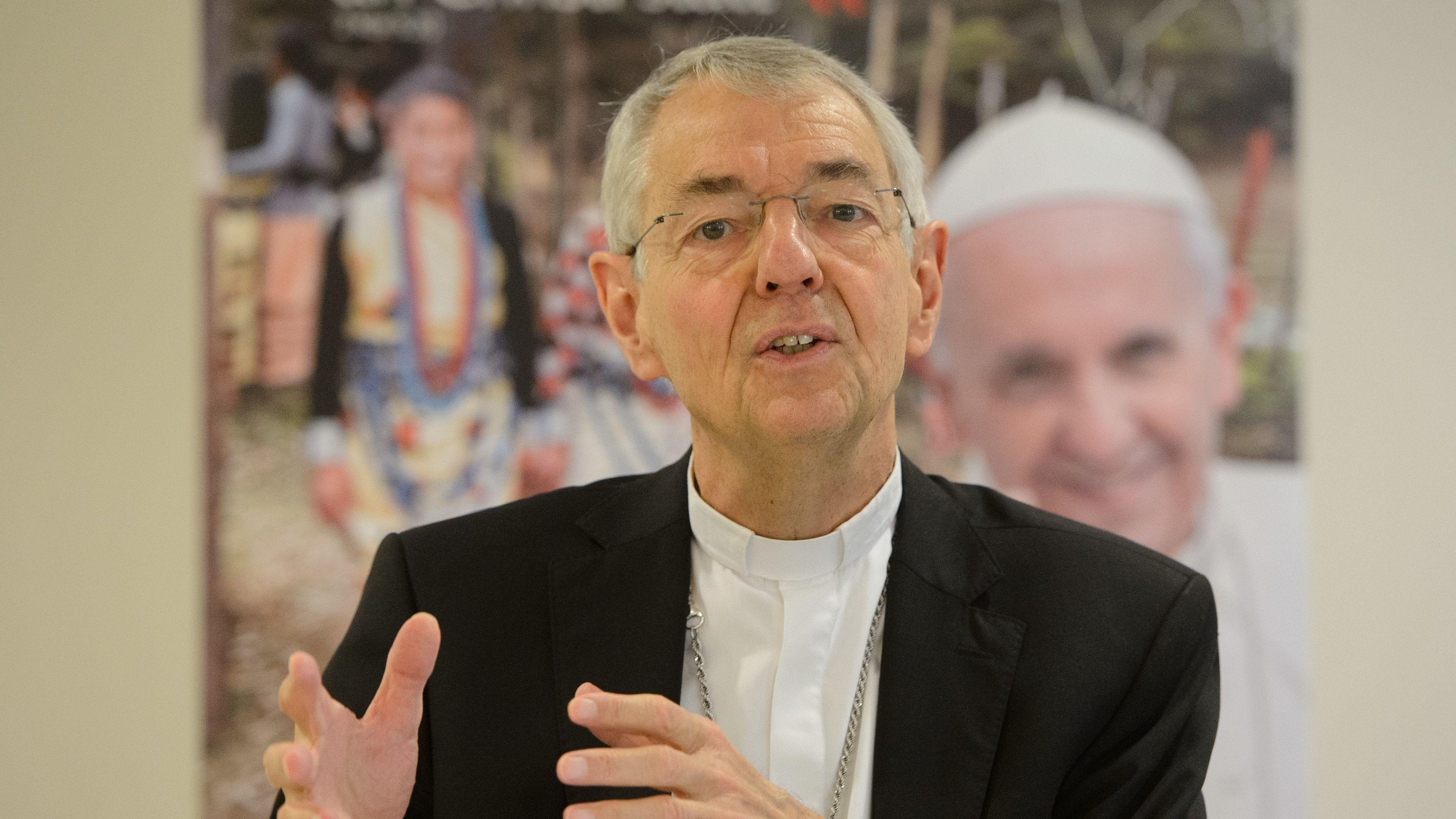 Der Erzbischof von Bamberg, Ludwig Schick, gestikuliert während einer Pressekonferenz