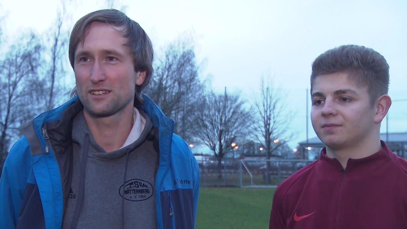 Jugendleiter Daniel Reichelt und Yannick Hannes vom TSV Natternberg